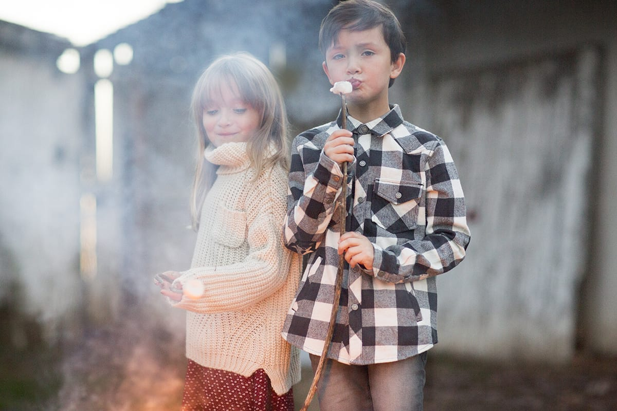 roasting marshmallows by fire leesburg holiday photo session